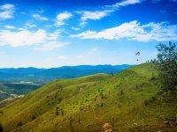 Despegue desde la verde ladera