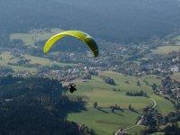 Instructor volando en parapente