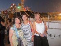 Amigas junto al barco en Andalucia