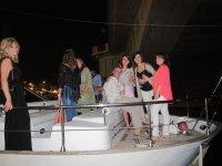 Celebracion de noche en el barco sevillano