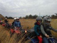 Excursion por el pasto seco en quad