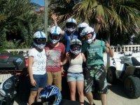 Familia con casco para ir en quad