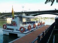 双体船双体船特里亚纳大桥在塞维利亚双体船