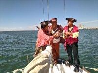 Piratas brindando en el barco