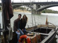 Degustando sushi en el barco sevillano