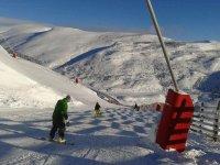 高山滑雪,雪鞋和滑雪板斜坡初学者