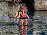 Montando en kayak transparente