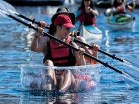 Chicas en el kayak transparente