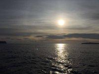 Viendo el anochecer en el mar