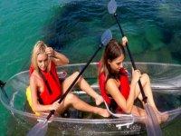 amigas en kayak transparente