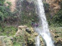 大瀑布下的峡谷探险者