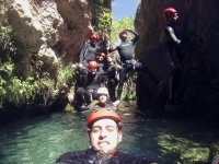 塞进河水中,后面的一群人