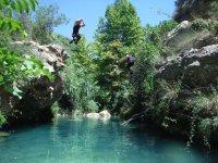 跳入水面绿松石