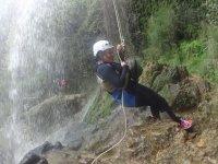 将绳子固定在瀑布中