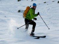 Practicar esquí de montaña