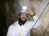 绳索在洞穴内
