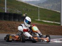 Piloto de karting en el circuito