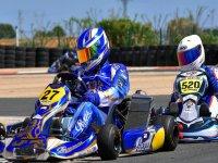 Pito de karting con mono azul