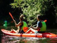 Pareja en kayak en Galicia