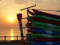 Kayaks recogidos al atardecer