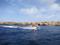 两个女孩在同一水上摩托艇上