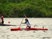 practicando sobre kayaks