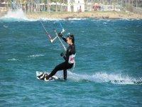 Mujer realizando kitesurf