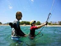Nino en el agua para practicar kitesurf