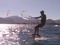 Profesional del kite empujado por el viento