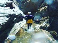 Lanzandose al agua desde la roca
