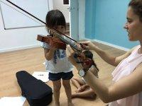 Dinamicas灯带儿童小提琴班的孩子
