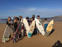 Alumnos con el instructor de surf