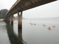 Llegando al puente con las canoas