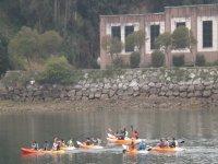 Grupo remando en canoa en Cantabria