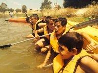 Niños en kayaks