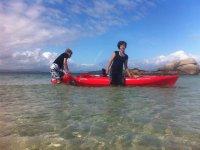 Sacando el kayak del agua en Areoso