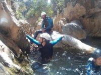 Atravesando tramos a nado en el barranco