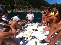 Degustando mejollones en el barco