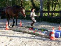 Pasando con el caballo sobre los globos