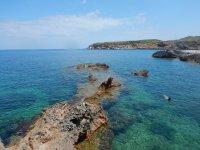 岩石上伊维萨岛海岸
