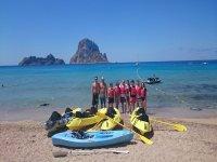 集团浮潜与孩子和皮划艇蓝色绳索