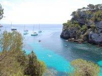 标志蓝色Servinautic船梅诺卡岛的船在清澈的海水