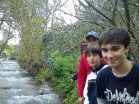 caminando al lado del rio