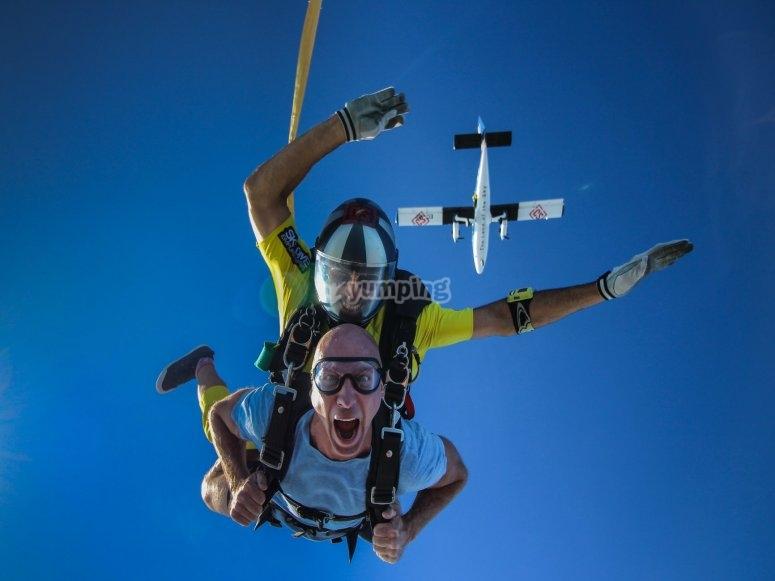 Cayendo al vacío junto al paracaidista
