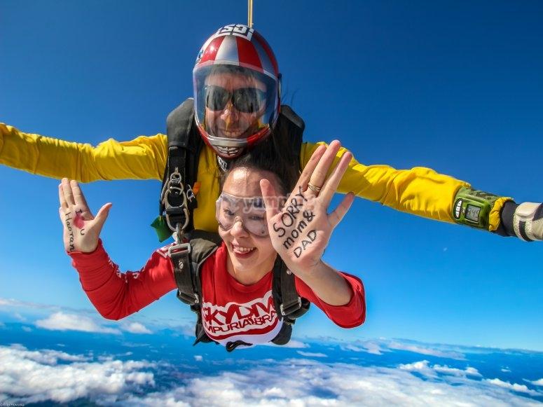 Salto en paracaídas con mensaje