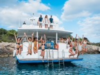 Amici che si tuffano in acqua dalla barca