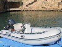 Embarcacion Lomac en el muelle
