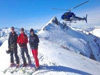 Grupo de esquí tras bajar del helicóptero