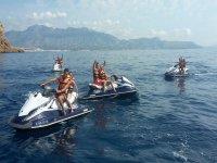 Saludando desde las motos de agua