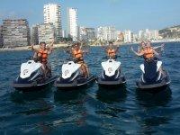 Por parejas en cuatro motos de agua
